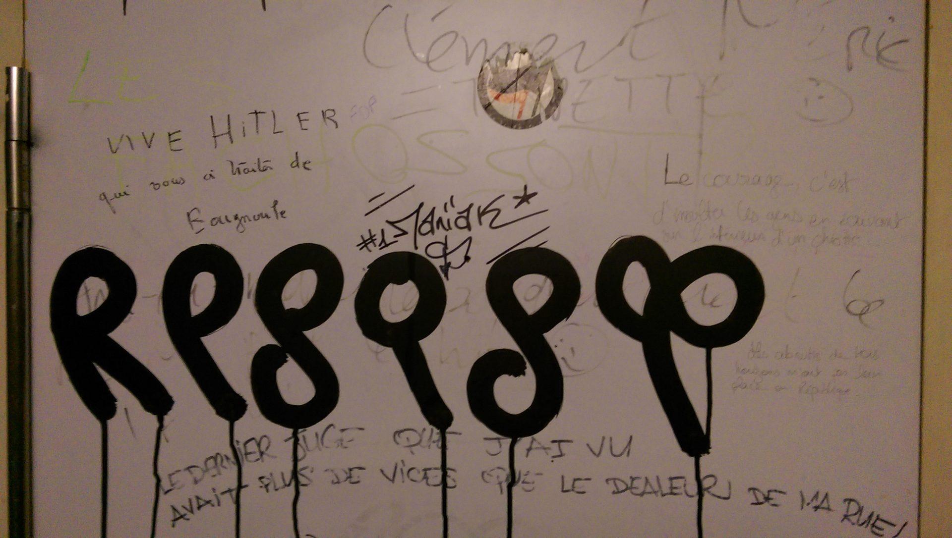 Des femmes et des hommes en robes noires - Crédit photo izart.fr